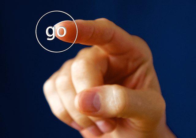 ボタンを押す人の写真