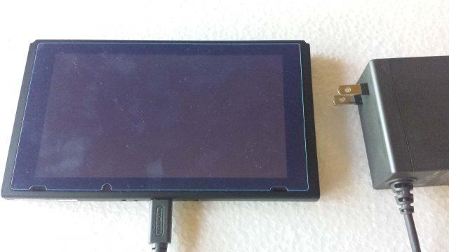 ニンテンドースイッチの本体とアダプターを直接つないでいる写真