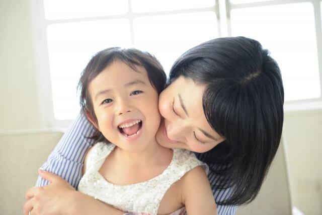 安心している子供とお母さんの写真