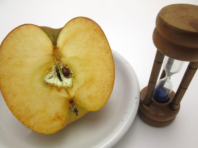 酸化するリンゴの写真