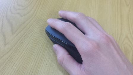 ワイヤレスマウスを手で持った状態の写真