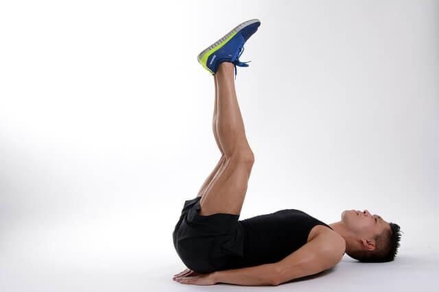 体操する男性の写真