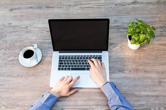 コーヒーとパソコンの写真