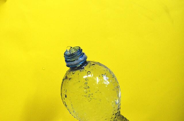 ボトルの水から泡が出ている写真