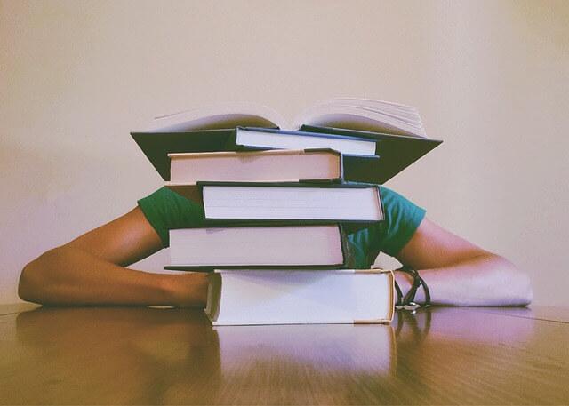 勉強している人の写真