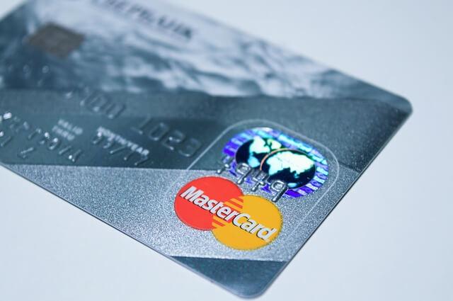 青いデビットカードの写真
