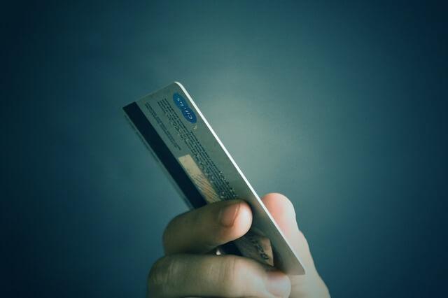 デビットカードを手に持っている写真