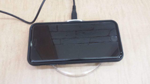 ワイヤレス充電器にiPhoneを乗せた写真