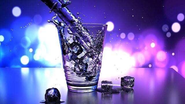 グラスに注がれる水の写真