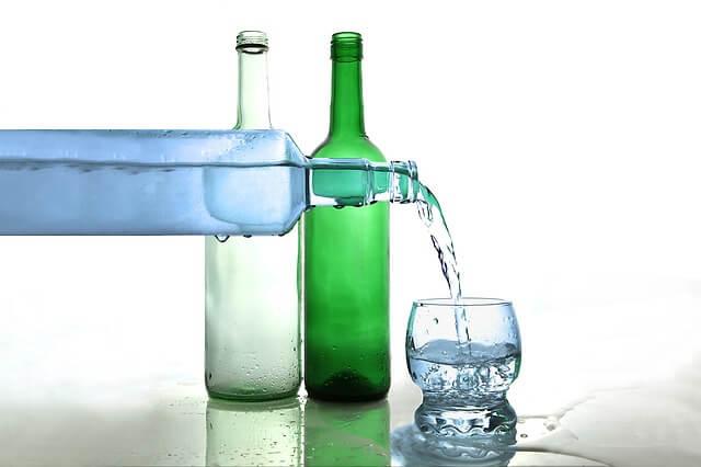 ビンと水とグラスの写真