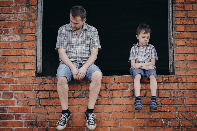 悲しむ二人の男の写真