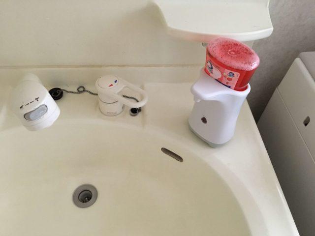 洗面台に置いたソープディスペンサーの写真