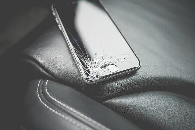 ヒビが入ったスマートフォンの写真