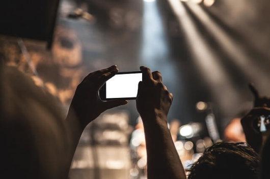 動画撮影する女性の写真