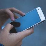 スマートフォンを手に持っている写真