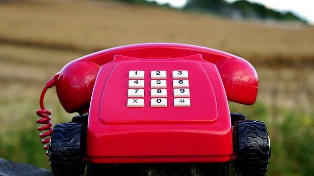 赤い電話機の写真