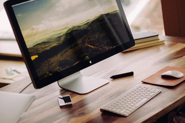 Macのパソコンとキーボードの写真