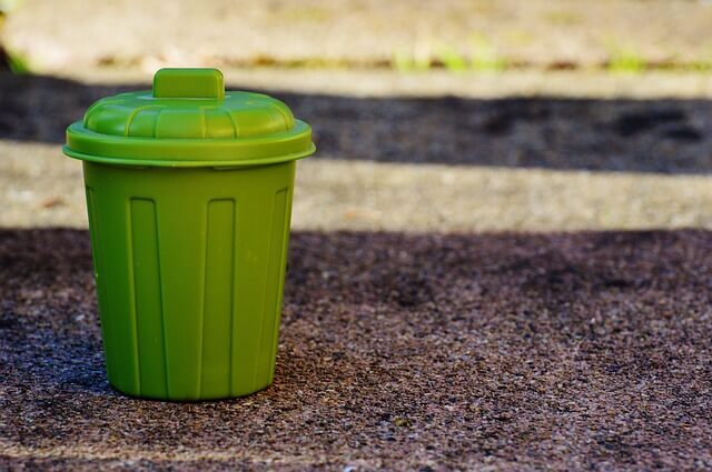 緑色のゴミ箱