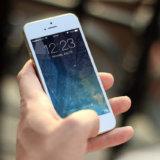スマートフォンを持つ手の写真