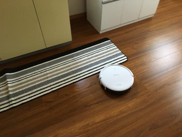キッチンマットを掃除するロボット掃除機