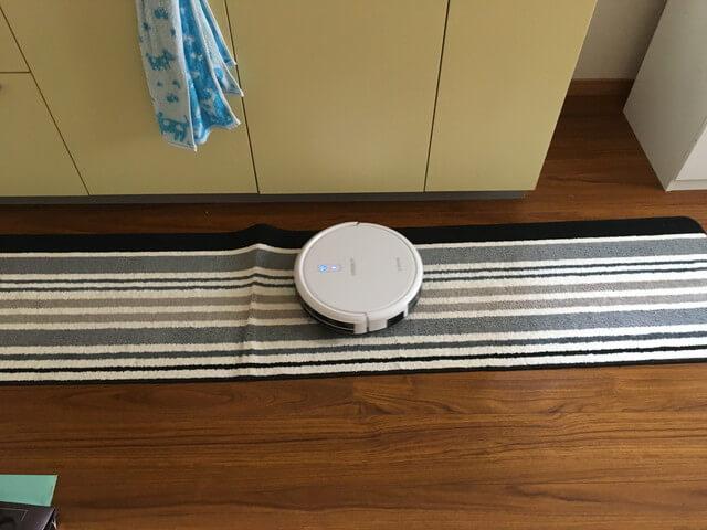 キッチンマットの折れ目でつっかえるロボット掃除機