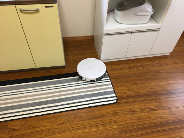 キッチンマットを掃除しているロボット掃除機