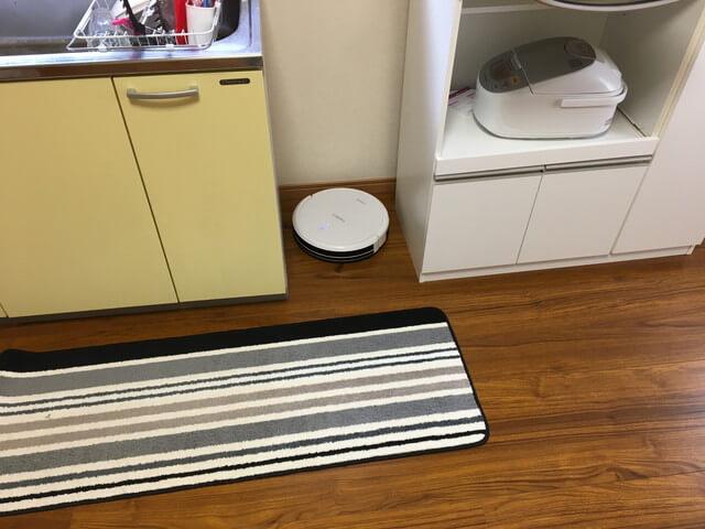 キッチンの隙間を掃除するロボット掃除機