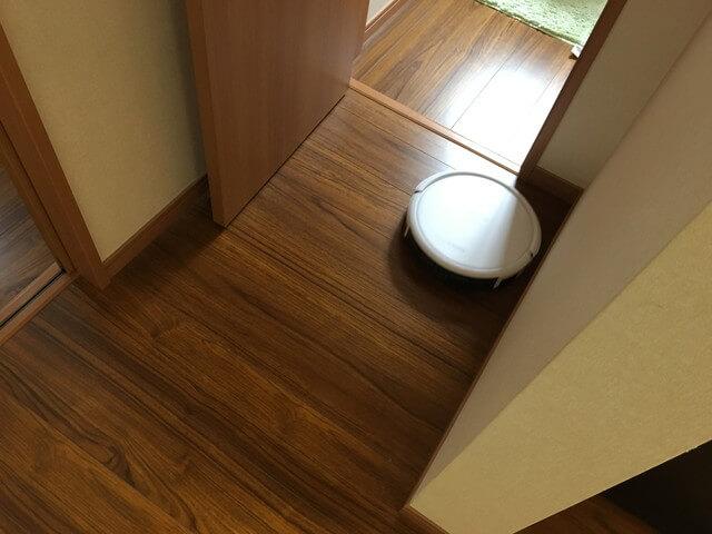 トイレに向かうロボット掃除機