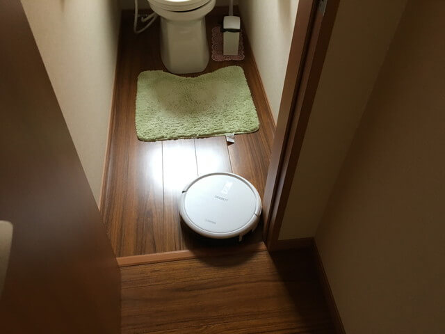 トイレに入るロボット掃除機