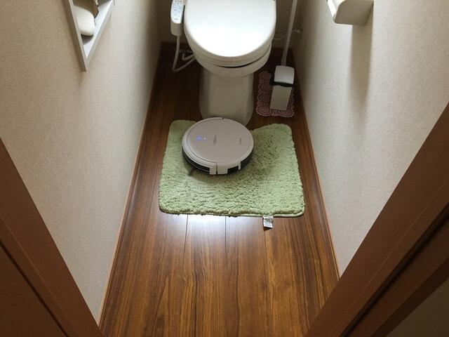 トイレマットを掃除するロボット掃除機