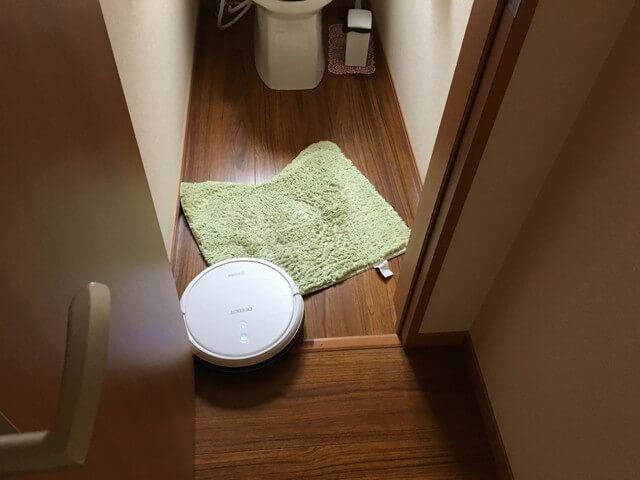 トイレマットをひきずるロボット掃除機