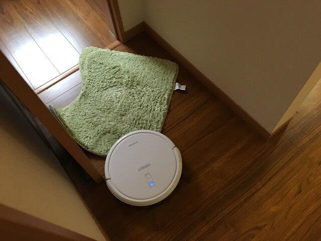 トイレマットを持ってきたロボット掃除機