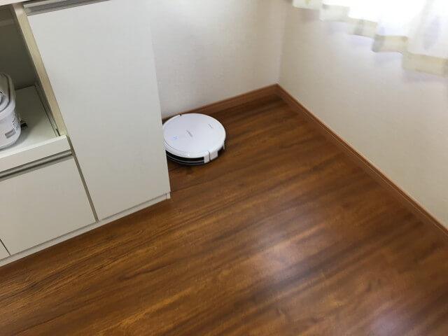 キッチン台の角を掃除するロボット掃除機
