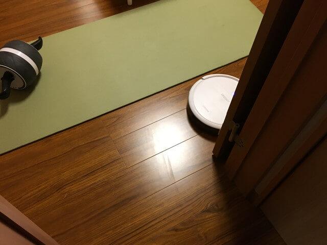 洋室に入るロボット掃除機の写真
