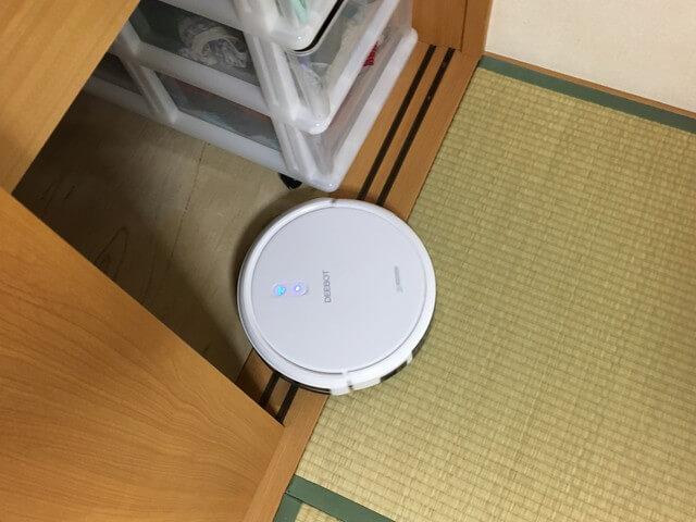和室の押し入れに入るロボット掃除機の写真