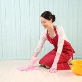 水拭きする女性