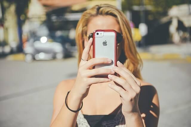 女の子とiPhoneの写真