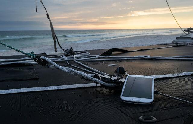 海とスマートフォン