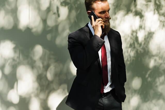 電話をかける紳士