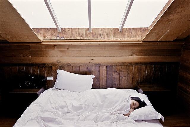 屋根裏で寝る女性