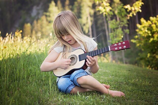 ギターをひく女の子